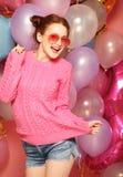 Jovem mulher bonita com balões coloridos fotos de stock