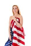 Jovem mulher bonita com a bandeira nacional dos EUA isolada no fundo branco fotos de stock