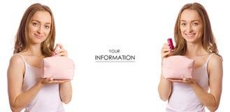A jovem mulher bonita com batom cosmético do saco da composição nas mãos ajustou o teste padrão Imagem de Stock Royalty Free