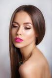 Jovem mulher bonita com bordos cor-de-rosa e pele saudável em um fundo branco Composição na moda e joia do verão fotografia de stock