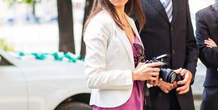 Jovem mulher bonita com a câmera na cidade foto de stock