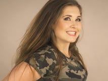 Jovem mulher bonita com cabelo de Brown Foto de Stock
