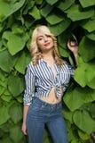 Jovem mulher bonita com cabelo encaracolado e a composição perfeita que levantam em Imagens de Stock Royalty Free