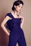 jovem mulher bonita com cabelo escuro na obscuridade elegante - terno azul Imagem de Stock