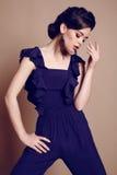 jovem mulher bonita com cabelo escuro na obscuridade elegante - terno azul fotos de stock royalty free