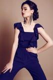 jovem mulher bonita com cabelo escuro na obscuridade elegante - terno azul fotos de stock