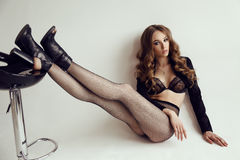 Jovem mulher bonita com cabelo escuro na roupa interior elegante e na meia-calça Imagem de Stock Royalty Free
