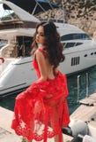 Jovem mulher bonita com cabelo escuro no terno de natação elegante po foto de stock royalty free