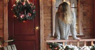 Jovem mulher bonita com cabelo longo em um patamar da casa filme