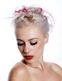 Jovem mulher bonita com cabelo louro e cor-de-rosa Imagens de Stock