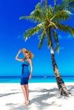A jovem mulher bonita com cabelo louro longo relaxa sob o pa Imagens de Stock Royalty Free