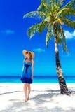 A jovem mulher bonita com cabelo louro longo relaxa sob o pa Fotografia de Stock Royalty Free