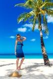 A jovem mulher bonita com cabelo louro longo relaxa sob o pa Foto de Stock Royalty Free