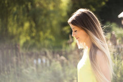 Jovem mulher bonita com cabelo louro longo Verão ensolarado fotografia de stock