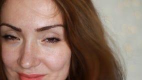 Jovem mulher bonita com cabelo marrom que sorri em um dia ventoso Close up do retrato filme