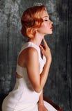 A jovem mulher bonita com cabelo vermelho curto no estilo retro, veste o vestido branco elegante Fotos de Stock