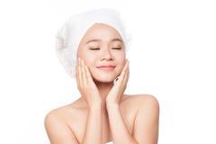 Jovem mulher bonita com a cara saudável da pele Conceito do cuidado de pele Creme tocante da pele ou da aplicação Imagem de Stock Royalty Free