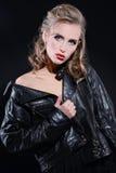 Jovem mulher bonita com composição da noite e cabelo louro longo Foto de Stock Royalty Free