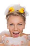 Jovem mulher bonita com espuma e os patos ensaboados Fotografia de Stock Royalty Free