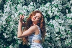 Jovem mulher bonita com feira encaracolado lindo Fotos de Stock Royalty Free