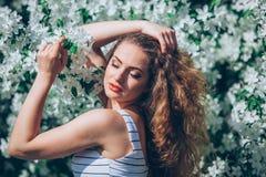 Jovem mulher bonita com feira encaracolado lindo Imagens de Stock