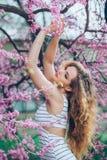 Jovem mulher bonita com feira encaracolado lindo Imagens de Stock Royalty Free