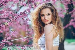 Jovem mulher bonita com feira encaracolado lindo Imagem de Stock Royalty Free