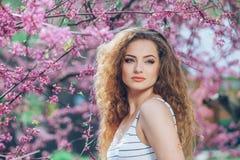 Jovem mulher bonita com feira encaracolado lindo Fotografia de Stock Royalty Free