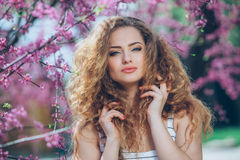 Jovem mulher bonita com feira encaracolado lindo Fotografia de Stock