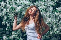 Jovem mulher bonita com feira encaracolado lindo Fotos de Stock
