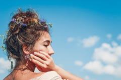 Jovem mulher bonita com fim do cabelo encaracolado acima do retrato Fotografia de Stock Royalty Free