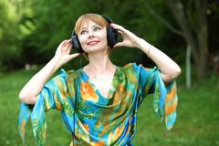 Jovem mulher bonita com fones de ouvido Imagens de Stock