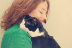 Jovem mulher bonita com gato preto e branco Fotos de Stock Royalty Free