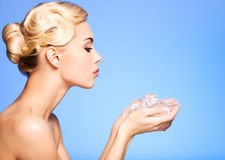 Jovem mulher bonita com gelo em suas mãos. Fotografia de Stock