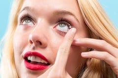 Jovem mulher bonita com lente de contato imagens de stock