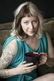 Jovem mulher bonita com o Brown e o cabelo louro que guardaram o Co preto fotografia de stock