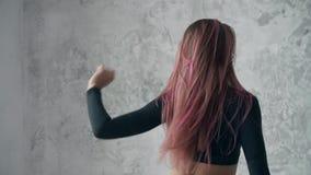 Jovem mulher bonita com o cabelo cor-de-rosa, dançando a dança profissionalmente sedutor vídeos de arquivo