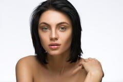 Jovem mulher bonita com o cabelo curto reto isolado no fundo branco Fotos de Stock Royalty Free