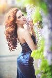 Jovem mulher bonita com os bordos vermelhos no vestido azul sprakling Fotos de Stock