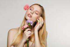 Jovem mulher bonita com os olhos fechados, pele perfeita foto de stock royalty free