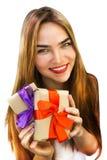 Jovem mulher bonita com os presentes com as fitas vermelhas e roxas Fotografia de Stock Royalty Free
