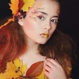 A jovem mulher bonita com outono compõe o levantamento no estúdio sobre foto de stock royalty free