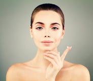 Jovem mulher bonita com a pele fresca limpa que guarda a gota de creme Fotografia de Stock Royalty Free
