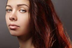 A jovem mulher bonita com penteado luxuoso e a forma anotam a composição Modelo 'sexy' do close up da beleza com cabelo longo do  fotos de stock royalty free