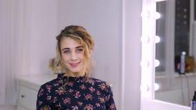 Jovem mulher bonita com penteado na frente do espelho filme