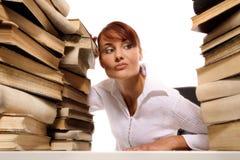 Jovem mulher bonita com a pilha de livros Fotografia de Stock Royalty Free