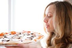 Jovem mulher bonita com pizza nas mãos Imagens de Stock Royalty Free
