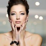 Jovem mulher bonita com pregos pretos Imagens de Stock