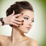 Jovem mulher bonita com pregos pretos Imagem de Stock Royalty Free