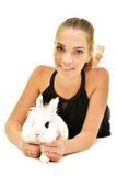 Jovem mulher bonita com seu coelho foto de stock